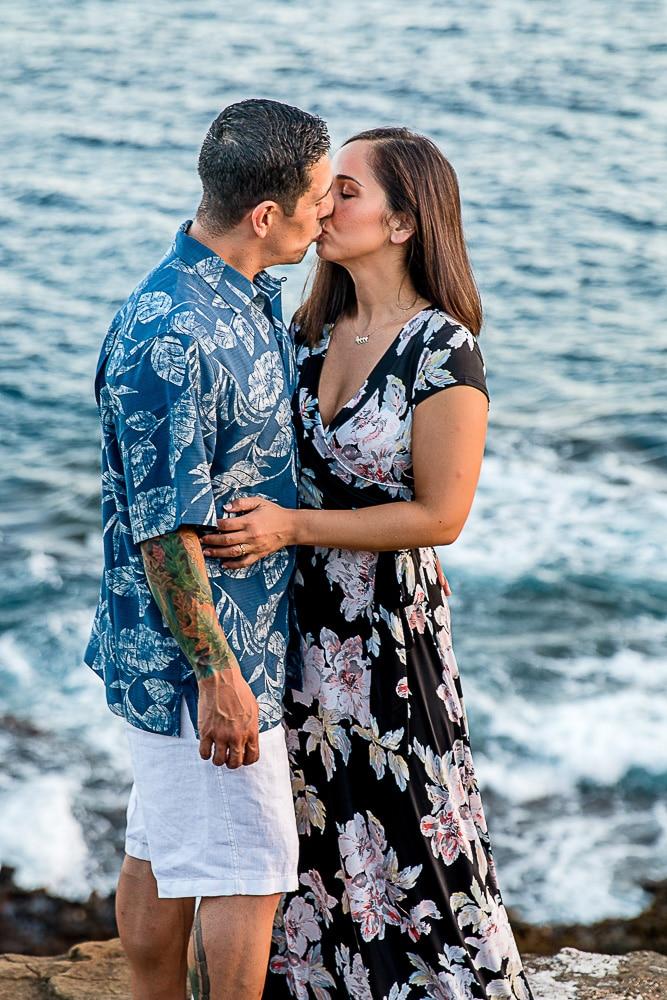 couple kissing in oahu